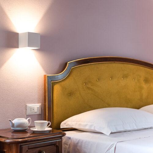 Junior Suite - Dettaglio del letto con tazza di tè