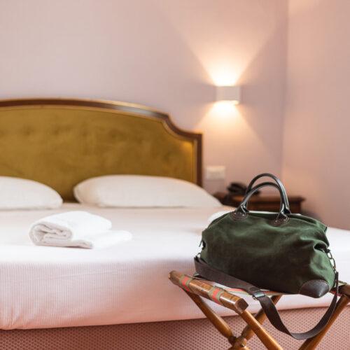 Junior Suite - Dettaglio letto con borsa