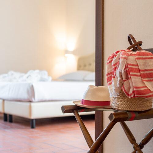 Junior Suite - Dettaglio con borsa di paglia e cappello