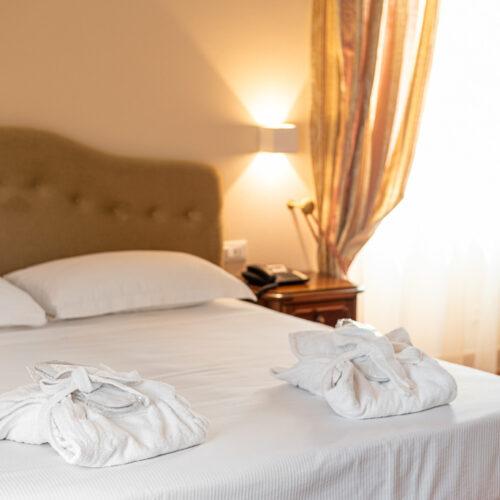 Junior Suite - Dettaglio letto matrimoniale con accappatoi e ciabattine di cortesia