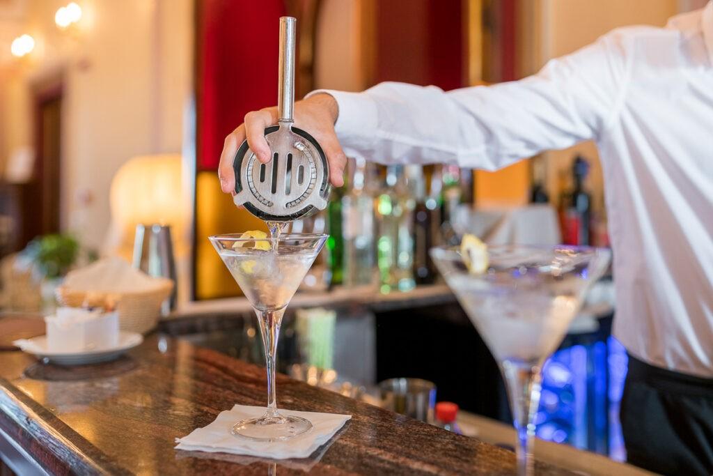 Bartender prepara cocktail nel nostro lounge bar
