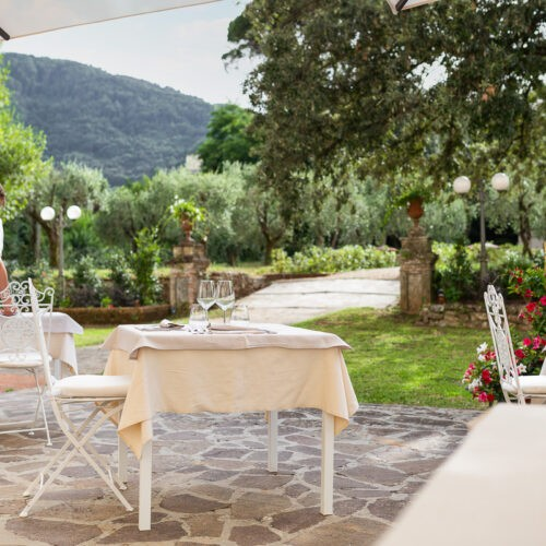 Hotel Villa San Michele - tavoli in giardino